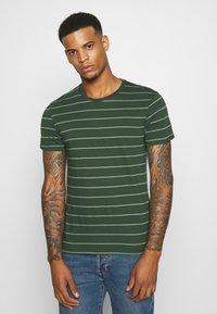 Levi's® - CREWNECK 2 PACK - T-shirt con stampa - python green - 1