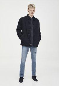 PULL&BEAR - HELLE SLIM-JEANS IM COMFORT-FIT 05682502 - Jeans slim fit - blue denim - 1