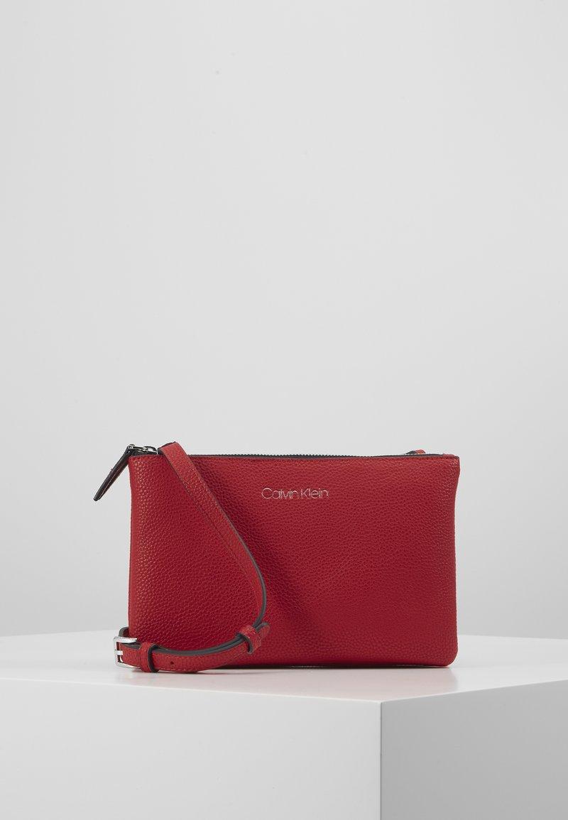Calvin Klein - EVERYDAY DUO CROSSBODY - Sac bandoulière - red