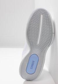 Nike Performance - COURT AIR MAX WILDCARD - Multicourt tennis shoes - white/metallic silver/pure platinum/aluminum - 4