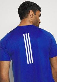 adidas Performance - T-shirt med print - royblu - 5