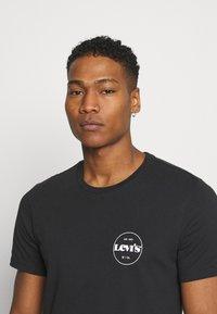 Levi's® - CREWNECK GRAPHIC 2 PACK - T-shirt med print - madder brown/caviar - 4
