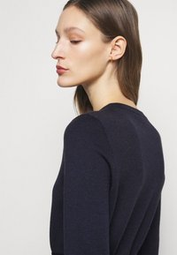 Victoria Beckham - BELTED  - Pletené šaty - navy/black - 5