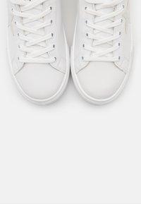 Les Tropéziennes par M Belarbi - WINY - Sneakersy niskie - blanc/argent - 5