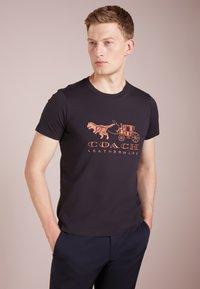 Coach - REXY AND CARRIAGE  - Print T-shirt - black - 0