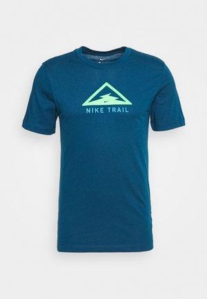 DRY TEE TRAIL - T-shirt z nadrukiem - valerian blue
