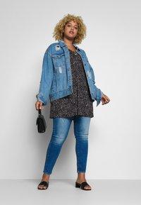 ONLY Carmakoma - CARPISA DESTRO - Jeans slim fit - medium blue denim - 1