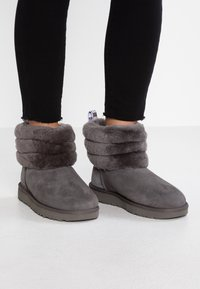 UGG - FLUFF MINI QUILTED - Classic ankle boots - charcoal - 0