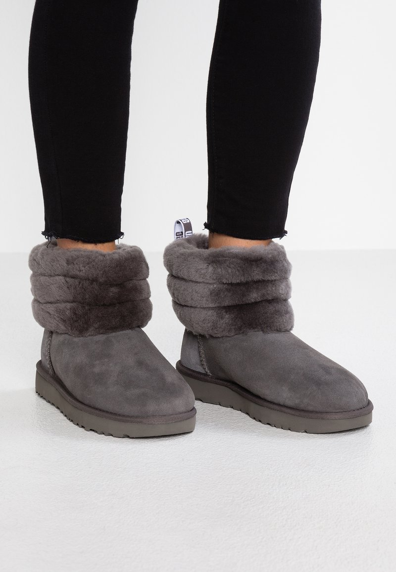UGG - FLUFF MINI QUILTED - Classic ankle boots - charcoal