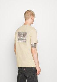 Hummel Hive - FERIE UNISEX - T-shirt imprimé - pale khaki - 2
