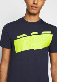 EA7 Emporio Armani - T-shirt con stampa - navy blue - 5