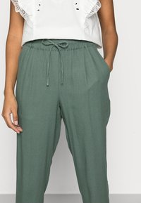 Vero Moda Petite - VMASTIMILO ANKLE PANTS - Spodnie materiałowe - laurel wreath - 3