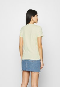 Tommy Hilfiger - NEW VNECK TEE - Print T-shirt - frosted lemon - 2