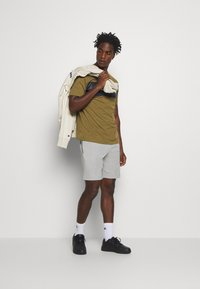 Champion - LEGACY HERITAGE TECH SHORT SLEEVE - T-shirt med print - olive/black - 1