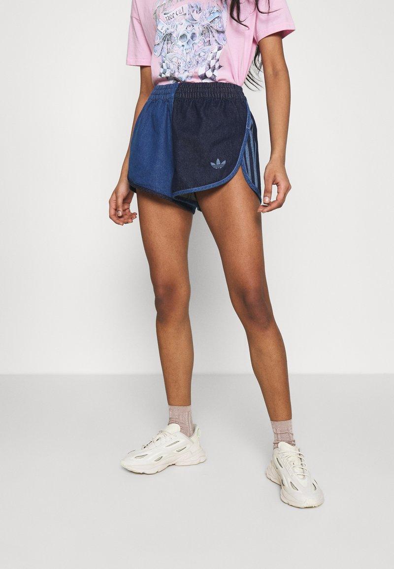 adidas Originals - Short en jean - indigo/bahia blue