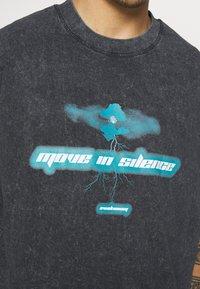 Night Addict - MOVE TO SILENCE UNISEX - T-shirt med print - black - 5