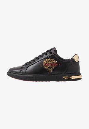 POP LOW TOP - Zapatillas - black/gold