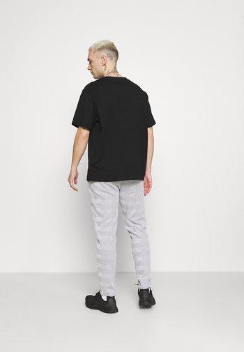 CHECK JOGGER - Pantaloni sportivi - grey