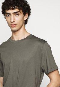 Filippa K - SINGLE CLASSIC TEE - Basic T-shirt - green/grey - 4