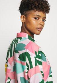 Dedicated - NIBE COLLAGE LEAVES - Skjorte - pink - 3