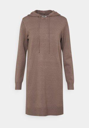 JDYMISCHA HOOD DRESS - Pletené šaty - brown