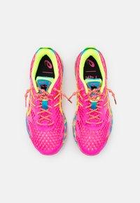 ASICS - GEL-NOOSA TRI 12 - Scarpe running da competizione - pink glo/safety yellow - 3