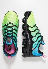 Nike Sportswear - AIR VAPORMAX PLUS - Joggesko - aurora green/reflect silver/black/blue hero/china rose/volt - 2