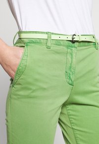 TOM TAILOR - BELTED SLIM - Chinos - sundried turf green - 5