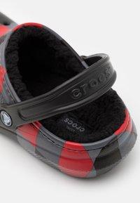 Crocs - CLASSIC LINED PLAID UNISEX - Mules - red/black - 5