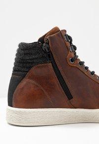 Bullboxer - Höga sneakers - brown - 5