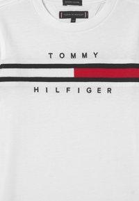 Tommy Hilfiger - FLAG INSERT - T-shirt imprimé - white - 2