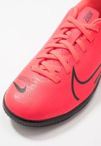 Nike Performance - MERCURIAL JR VAPOR 13 CLUB IC UNISEX - Indoor football boots - laser crimson/black - 2