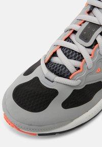 Nike Sportswear - AIR MAX GENOME UNISEX - Tenisky - light smoke grey/iron/bright mango/summit white - 6