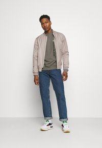 Calvin Klein Jeans - CREWNECK UNISEX - Felpa - elephant skin - 1
