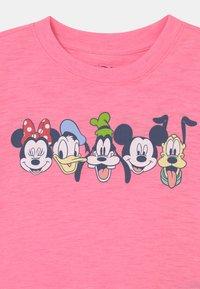 GAP - GIRL MICKEY & FRIENDS - T-shirt con stampa - neon impulsive pink - 2