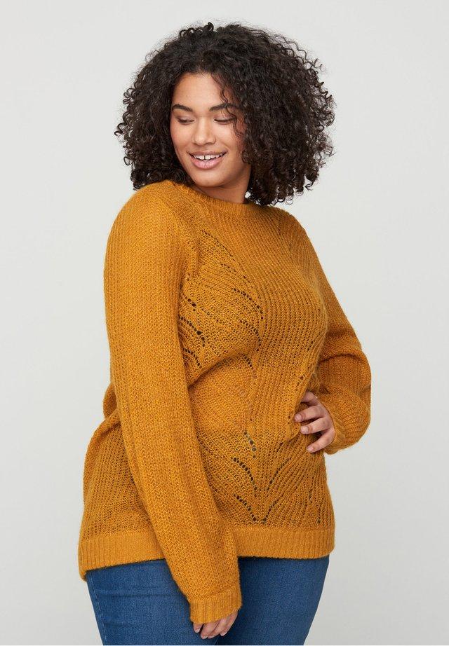 MIT RUNDHALSAUSSCHNITT - Sweter - brown