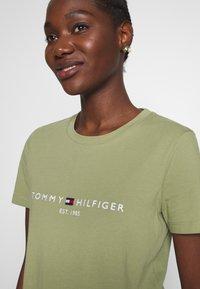 Tommy Hilfiger - NEW TEE  - Print T-shirt - faded olive - 3
