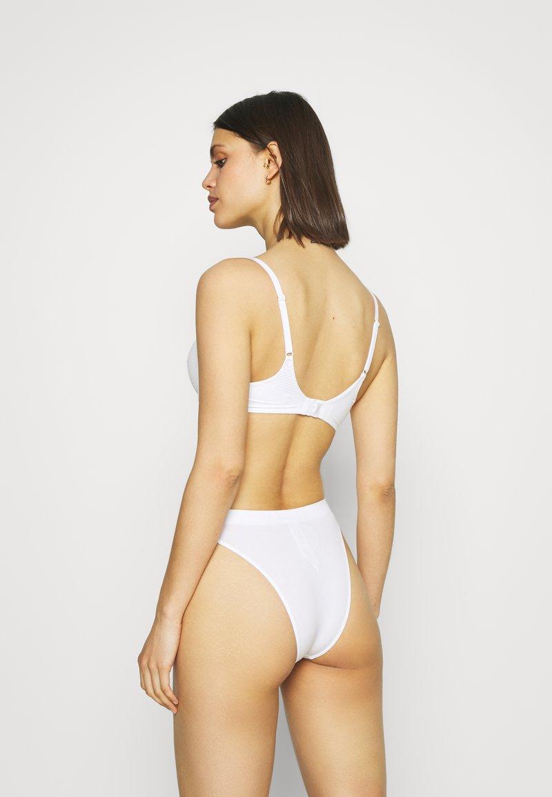 Marks & Spencer London - SUMPT SOFT PLUNGE - T-shirt bra - white