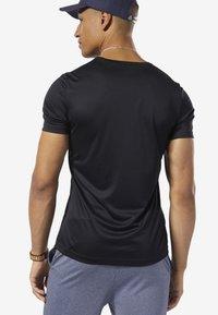 Reebok - WORKOUT READY GRAPHIC TEE - Print T-shirt - black - 1