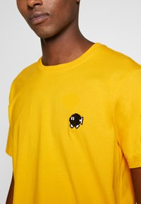 Bricktown - BOMB SMALL - Print T-shirt - yellow - 4