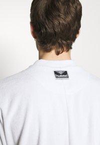 Hummel Hive - PEER LOOSE - Print T-shirt - white - 5
