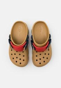 Crocs - CLASSIC ALL TERRAIN CLOG - Zuecos - tan/multicolor - 3