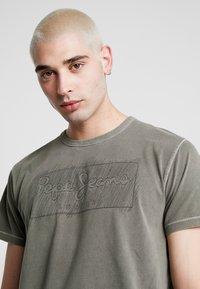 Pepe Jeans - BILLY - Triko spotiskem - army - 4