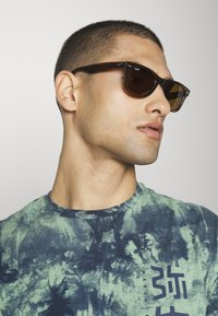 Ray-Ban - WAYFARER - Sunglasses - brown - 1