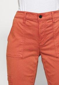 Banana Republic - SLOAN UTILITY  - Pantalones chinos - copper clay - 4