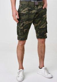INDICODE JEANS - BLIXT - Shorts - mottled dark green - 0