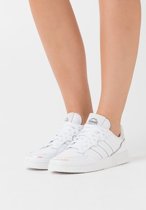 SUPER COURT SPORTS INSPIRED SHOES - Zapatillas - footwear white/super coler