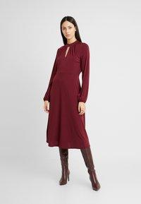 Wallis Tall - HIGH NECK KEYHOLE DRESS - Sukienka z dżerseju - purple - 0