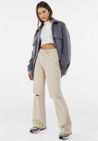 Bershka - Jeans a zampa - beige - 1
