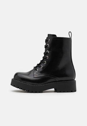 VEGAN LEANDRA BOOT - Kotníkové boty na platformě - black